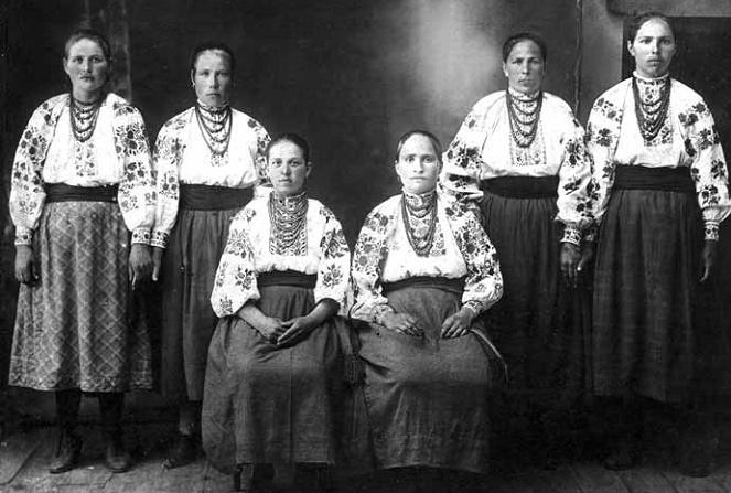 Women_from_Shkarivka,_Ukraine_(1927)